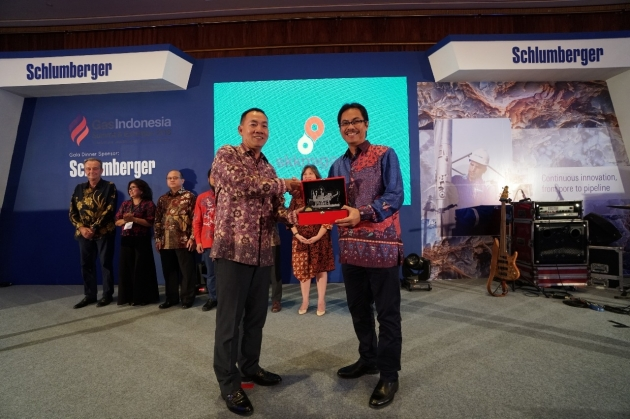 Sekretaris SKK Migas, Arief Setiawan Handoko memberikan penghargaan Exceptional Endevour in Implementing PSC Gross Split and Initiatives in Financial Compliance dan diterima langsung oleh General Manager PHE ONWJ Siswantoro M. Prasodjo